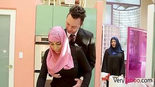 Арабска дъщеря в хиджаб чука татко - Ела Нокс