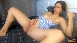 Красавицата се довежда до оргазъм с порив, мастурбирайки - Катеринерейн