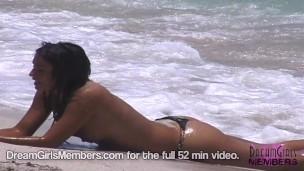 Topless szexi lányok töltse ki a homokot a Miami South Shore-n