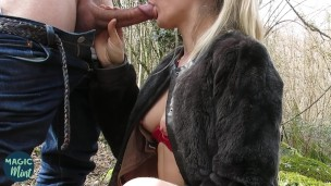 Blondie csaj szar az erdőben