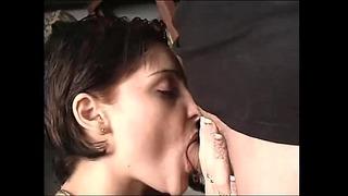 Секс в мазе задник за добра брюнетка!